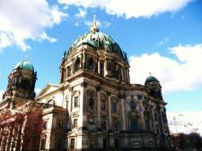 Pohled na Berliner Dom z okolních ulic